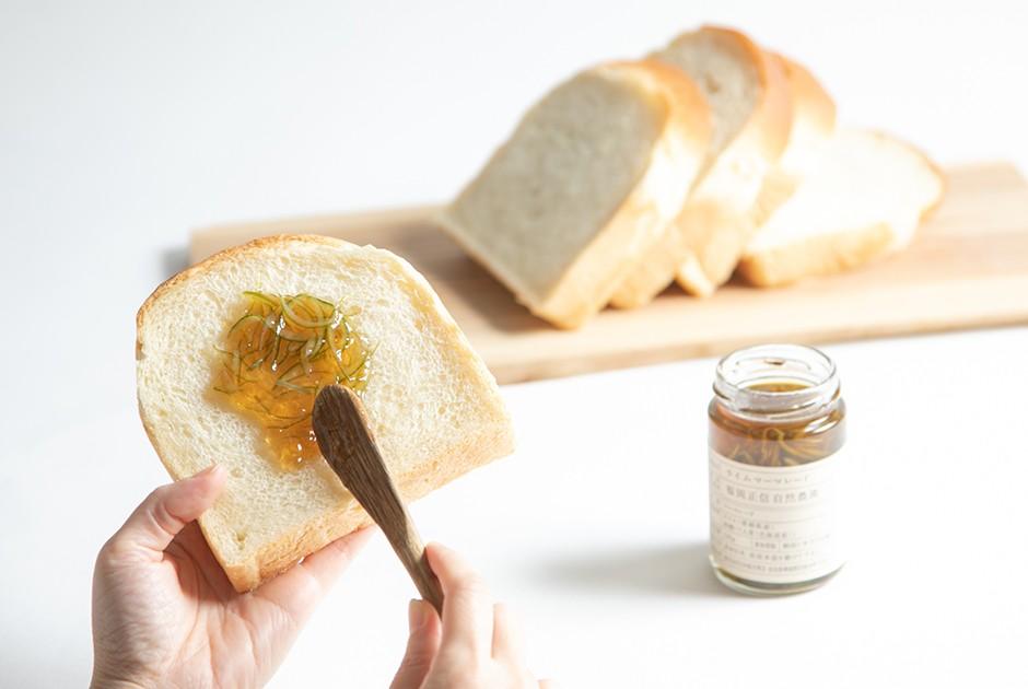 ライムマーマレードをパンに塗っている