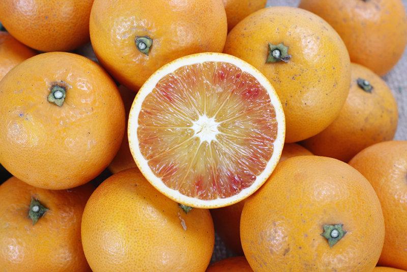 たくさんのブラッドオレンジと輪切りのブラッドオレンジ