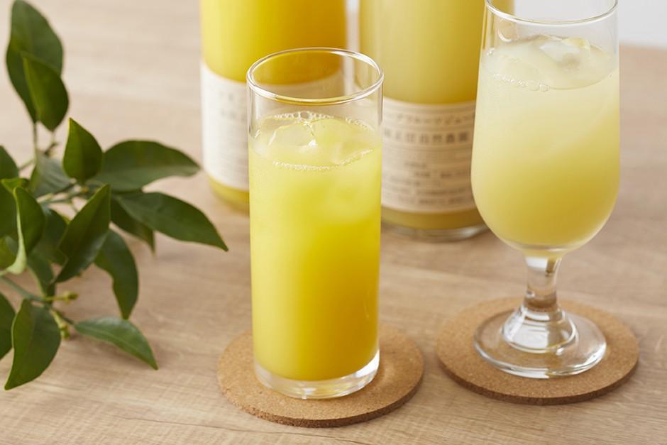 甘夏ジュースとグレープフルーツジュースをグラスに注いだイメージ