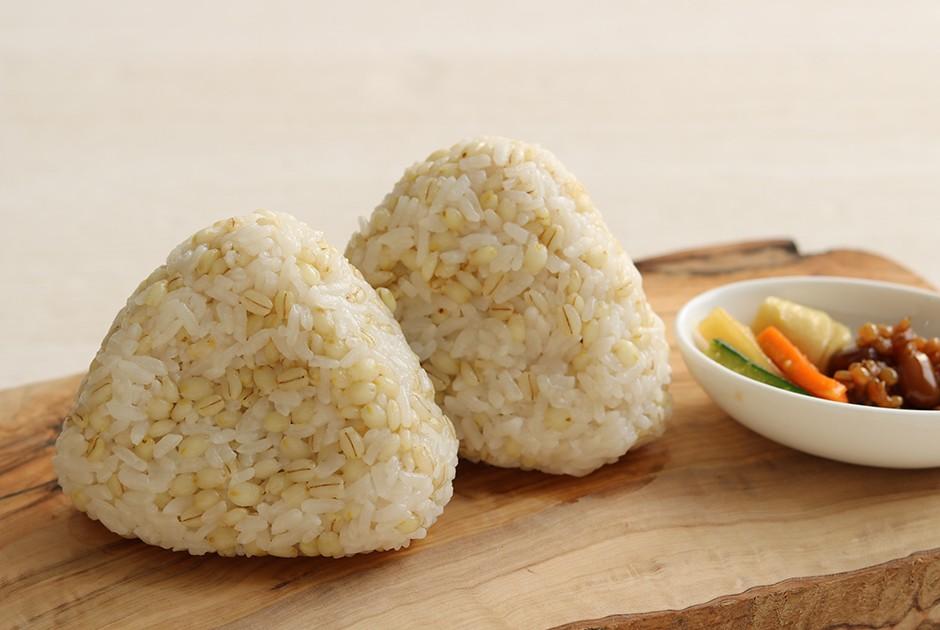 栄養豊富な麦ごはんのおにぎり